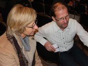 Alenka Adamič in dr. Bojan Knific pri ogledu peče njene prababice