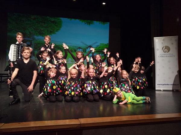 Na fotografiji so plesalci skupaj z Zmajem Tolovajem in člani komorne zasedbe glasbenikov te šole.