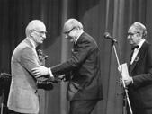 Predsednik skupščine RTV Ljubljana Jože Smole predaja Kalinovega Pastirčka s piščalko Bojanu Adamiču ob njegovi 70-letnici (1982). Foto: Vili Bitežnik