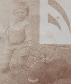 Bojan Adamič z medvedkom na obisku pri stari mami v Dolenji vasi leta 1915.
